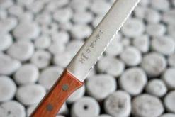 Tojiro brauðhnífur með viðarskafti - 235mm